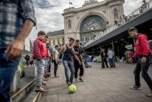 Keleti menekülttábor Európa a második világháború utáni legkomolyabb menekültválsággal nézett szembe. Magyarország sem tudott megfelelően megbirkózni a menekültek áradatával, 2015-ben százezrek utaztak keresztül Budapesten. A Keleti pályaudvar több ezer embernek vált átmeneti lakhelyévé, néhány héten át leginkább egy menekülttáborhoz hasonlított. Legtöbben az aluljáróban és a folyosókon aludtak, sokan pedig egyszerűen kint a szabadban. A kiszolgáltatott emberek nagy utat tettek meg, továbbutazásukkal kapcsolatos álláspont viszont napról napra változott. Egy időre Magyarország került a menekültválság középpontjába.