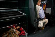 Poggyász Menekült gyerekek alszanak a Budapest-München Railjet poggyászterében. A korlátozások feloldása után 2015.09.07-én ismét teljes útvonalon közlekedtek a nemzetközi járatok Budapestről.