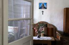 Szoba kereszttel A keresztény, vallásos ember számára a kereszt egyik legszentebb szimbólum.  Az otthon falán is gyakran megjelenik, általában a lakás központi részén, jól láthatóan.