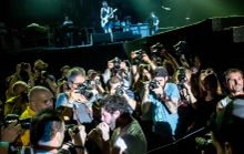 'Inhaler' Yannis Philippakis, a Foals zenekar frontembere ,fotósok gyűrűjében a Sziget fesztiválon. Az énekes lejött a színpadról hogy odasétáljon a közönséghez. Budapest, 2015. 08.13.