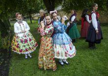 """""""Hajtva, húzva, tűrve, fűzve!"""" Rendhagyó viselet-bemutató az Imágó Tánctársulás előadásában, a Magyar Állami Népi Együttes táncosainak közreműködésével"""
