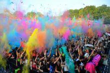 Színezd újra A Sziget Köztársaságban, a Nagyszínpad előtt minden este hétkor felcsendül a Sziget himnusza, és kezdődik az őrület. A colorpartyn több tízezernyi, ételfestékkel színezett rizslisztes zacskót dobálnak egymásra a fesztiválozók, szivárványszínre festve a földet, a levegőt, arcokat és emlékeket.2015 augusztus 15.