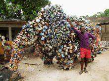 Kongói művész alkotásával David-Duciel Bassaboukila Brazzaville mellett készíti nagyméretű alkotásait konzervdobozokból.A szállítási nehézségek miatt sajnos csak a környező országokban tudja bemutatni munkáit.