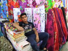 Shirazi boltosok Shirazban , Irán egyik legszebb városában természetesen hatalmas bazár van.Sok árus a helyieknek szánt termékeket árul de például a szőnyegárusok nagyon várják a nyugati szankciók eltörlését és azt , hogy az ország újra megérdemelt helyére kerüljön a világturizmus térképén.