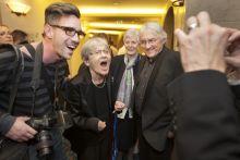 Életöröm Törőcsik Mari színművésznőt pályatársai köszöntötték a 80. születésnapján a Nemzeti Színházban 2015. november 23-án. A képen fotósok és barátok körében viccelődik egy felvétel kedvéért.