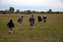 Előre Bújás a kerítés alatt, futás a mezőn.2015 augusztus végétől menekültek ezrei érkeztek naponta a röszkei zöldhatárhoz, hogy Nyugatra jussanak, ezek voltak az első lépéseik Magyarországon.2015.08. 25