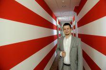 Janiczak Dávid Ózd polgármestere Janiczak Dávid Ózd polgármestere a nyilasok által is használt árpádsávos zászló mintájára festette ki az irodája falát.