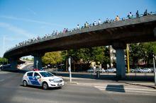 Rendőri biztosítás Gyalog indult el a menekültek a Keletiből Ausztria és Németország felé, megelégelték, hogy nem szállhatnak vonatra. A menet az autópálya egyik sávját másfél kilométer hosszan foglalta el. 2015.09.04.