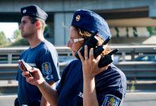Felkészülve Rendőrnő intézkedik az M7-es autópályán, 2015 szeptember 4-én.Gyalog indultak el a menekültek a Keletiből Németország felé, megelégelték, hogy nem szállhattak vonatra.