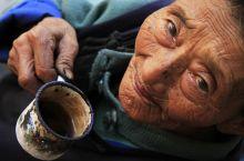 Idős Lisu asszony portréja A Dél-Kínai Yunnan tartomány Weixi megyéjének Lisu népcsoport lakói körében nagyon népszerű a pipázás, minek következtében az ujjak befeketednek