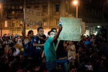 Szelfi A menekültek kisebb-nagyobb lendülettel tüntettek több napig a Keletiben,hogy tovább mehessenek uniós papírok nélkül is. A közösségi médiát tudatosan használták, ezzel bajtársaikon is segítettek.09.03