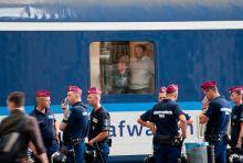 Hatósági zárás A hatóságok kiürítették a Keleti pályaudvart szeptember 1-én a menekültválság miatt,megfelelő úti okmánnyal és  vízummal rendelkezőket engedték felszállni a Nyugat-Európába közlekedő vonatokra.