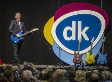 Megújulás Alkalmi rockerként gitárral színpadra lépő Gyurcsány Ferenc és egy légfrissítőre emlékeztető új logó bemutatása szimbolizálta a párt megújulását a Demokratikus Koalíció februári tisztújítóján.