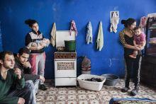 Együttélés Egy borsodi család Fügöd községben, akikhez a Vöröskereszt Gyermekszáj Programja juttat ingyen kenyeret, tejet hetente kétszer. A képen egy nappaliként, hálóként, és konyhaként funkcionáló szoba.