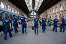 Kiszorítás A hatóságok kiürítették a Keleti pályaudvart a menekültválsággal kapcsolatban, csak a megfelelő okmányokkal és vízummal rendelkezők tudjanak a nyugatra induló vonatokra felszállni.2015.09.2.
