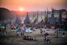 O.Z.O.R.A. Fesztivál 2015 - XXI. századi törzsközösség A goakultúra legerősebb alapját mindig is elsősorban a szabadtéri partik jelentették és jelentik ma is, melyeket rendszerint valamilyen különleges helyszínen rendeznek meg. Idén immár tizenharmadik alkalommal nyitotta meg kapuit az O.Z.O.R.A. Festival a Fejér megyei Dádpusztán. Az évről évre idelátogató közönség egy olyan közösséget alkot, amelyet a pszichedelikus zene szeretetén kívül a környezettudatosság, az érzelmi intelligencia és a spirituális fogékonyság köti össze.