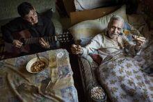 Vén Guszti Tóth Gusztáv énekelt a Parno Graszt Reggelig mulatok c. albumán, és 80 évesen fellépett az A38 hajón is.  A cigánysoron lévő paszabi otthonában most is dalra zendül és fekve táncolja az ütemet.