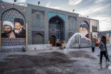 Vallás az Iráni Iszlám Köztársaságban A politikai rendszer alapját képező 1979-es alkotmány rögzíti, hogy a legfőbb hatalom az Iráni Iszlám Köztársaságban Istené, minélfogva az iráni rendszer elnöki teokratikus köztársaságként értelmezhető. Irán legmagasabb rangú vallási és politikai személyisége a Legfőbb Vallási Vezető, aki egyúttal a fegyveres erők főparancsnoka is és ellenőrzést gyakorol mind a törvényhozó, mind a végrehajtó, mind a bírói hatalomra. A vallás nagyban meghatározza a mindennapokat, hatással van a férfiak és nők közötti viszonyra éppúgy,  mint az öltözködésre, a napi időbeosztásra, vagy akár az étkezésre.