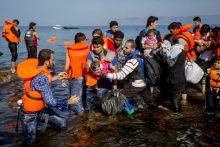 Balkáni útvonal 2015- ben több mint 800 ezer menekült és migráns érkezett Törökországból az Égei tengeren keresztül Görögországba. Innen balkáni útvonalon folytatták útjukat észak felé, többségük úti célja Németország volt. Ezen a vonalon elsőként Magyarország épített kerítést a déli határán, hogy kezelni tudja a menekültáradatot és ellenőrizni, kik lépik át a határát. A szerb-magyar és horvát-magyar zöldhatár lezárása után más útvonalon, Szerbiától Horvátországon és Szlovénián keresztül utaztak tovább Nyugat-Európába a menedékkérők.