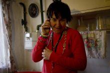 Fogyatékkal élők Kucska Andrea (Andi) és Erzsébet (Böbi) már 38 éves, de értelmileg megrekedtek az óvodások szintjén. Még csecsemőkorukban oxigénhiányos állapotba kerültek, ez okozta a betegségüket. Édesanyjuk Kucska Józsefné, már 5 éve egyedül neveli az ikreket, miután férje elhunyt. A domaszéki tanyavilágban élnek, egy romos kis házban. Ezt még az ikrek apja, egy kocsmázás során vásárolta meg egymillió forintért. A ház állapota az idők folyamán fokozatosan csak romlott, így egyre nagyobb az esélye bármi balesetnek. Egyszerűen félnek, hogy az ikrekre dől a ház.