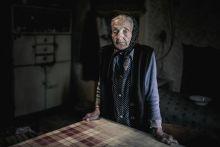 Várakozás Margit néni saját konyhájában a kárpátaljai Balazséron. Két unokáját várja haza a munkából. Hárman együtt 40 ezer forintnyi hrivnyából élnek.