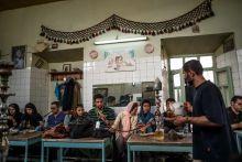 Nők az Iráni Iszlám Köztársaságban 37 évvel az iszlám forradalom után számos ellentmondás és feszültség terheli az iráni társadalmat. Ezek sorába tartozik a női jogok kérdése is. A 70 milliós ország a világ egyik legfiatalabb társadalmával rendelkezik, mely természetesen a fennálló rendszerhez való hozzáállásukban is megnyilvánul. a főiskolai és egyetemi hallgatók többsége már a nők közül kerül ki, akik jóval nyitottabb szemlélettel rendelkeznek, mint szüleik vagy nagyszüleik. A forradalom utáni kemény erkölcsi fegyelem és számonkérés mára megváltozott. A társadalom pedig elnézőbb lett.