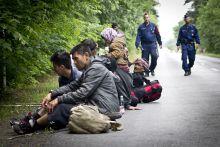 Menekültek az országban Még a határzár, illetve a kerítésépítés előtt kezdtem dokumentálni a menekülteket vidéken és Budapesten. Ebből hoztam egy sorozatot.
