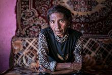 Szemben Egy tíz gyermekes cigány asszony portréja a Beregszászhoz közeli romatelepen 2015. május 16-án. A telep egy zárt világ, a kitörés szinte lehetetlen még a fiatalok számára is.