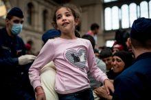 Engedjetek át! Több ezer menekült gyűlt össze Budapesten, a Keleti pályaudvar környékén szeptemberben. A tranzitzónában és a sínek előtt mind a magyar kormány döntésére vártak: mehetnek-e tovább nyugat felé? A rendőrök végül egyesével, gyakran családokat szétszakítva engedték tovább a menekülteket a vágányokhoz. A képek azokat a pillanatokat örökítik meg, amikor felfogták: átjutottak.
