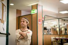 """Keményen dolgozó kisember """"Ha egy igazi keményen dolgozó kisembert szeretnél látni, gyere!"""" - ezzel invitált Köleséri Sándor színész a Thália Színházba, ahol a Félúton a fórum felé című sikeres Broadway-musicalt próbálták Réthly Attila rendezésében. Sándor, bár hivatalosan mellékszereplő, legalább annyit van a színpadon, mint a főszereplők, Szabó Győző és Pindroch Csaba. Folyamatosan táncol, énekel, a jelenetek közt villámgyorsan átöltözik. A szerep úgy is nagy dicsőség, hogy magán kívül alig egy-két magyar kisnövésű színészt ismer."""