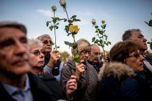 Göncz November hatodikán több ezres tömeg gyűrűjében búcsúztatták Göncz Árpád volt köztársasági elnököt az Óbudai temetőben. A képek a tömegben készültek.