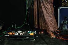 Koncertlábak A zenei koncertek egy más aspektusát láthatjuk az első sorból a lábakra koncentrálva