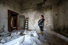 Hazatérés Egy lakó hazatér leégett otthonába a Kodály köröndön, ahol tavasszal kigyulladt egy egész háztömb.