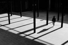 Budapestiek Az emberek Budapest apró részeiként jelennek meg a sorozatban. A fotók a fővárosunkban megjelenő melankóliára, magányra és az idő múlására kíván reflektálni