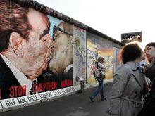 2015, East Side Gallery, Berlin, Németország Az East Side Gallery a szabadság nemzetközi emlékműve. Turisták szelfiznek a Brezsnyev és Honecker csókját ábrázoló graffiti előtt.