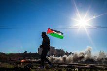 """Személyes intifada 2015 szeptemberében újra fellángolt az izraeli-palesztin szembenállás, sokak szerint már a harmadik intifáda, azaz népfelkelés zajlik a Szentföldön. Abban azonban többnyire mindenki egyetért, hogy ez az erőszakhullám különbözik az előző kettőtől: a mostani ugyanis a """"személyes intifáda"""" korszaka, azaz nem valamifajta """"felülről"""" szerveződött, politikai pártok által irányított kezdeményezés, sokkal inkább egy újabb felcseperedett nemzedék elkeseredett küzdelme a kilátástalan jövő, a nyomor és a meg nem tartott ígéretek ellen."""