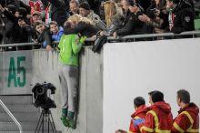 Csók Király Gábor a magyar labdarúgó válogatott kapusa az EB-re való kijutást jelentő norvégok elleni győztes pótselejtező visszavágója után a tribünre felkapaszkodva csókolja meg feleségét. 2015.11.15.