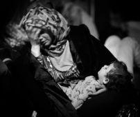 Kimerültség 2015 09. 14. éjjel. A röszkei vasútállomáson szír asszony várja gyermekével, hogy megérkezzen az a vonat, amelyre több száz honfitársával felszállhasson, hogy elszállítsák őket a nyugati határra.