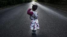 Tranzitút Esther, aki Kongóból két hónap alatt ért Magyarországra és szüleivel, a Párizsban élő rokonai felé tart. Ásotthalom. 2015.06.20.