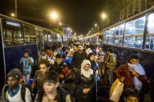 Éjjeli indulás az ígéret földjére  Szeptember elején a magyarországi menekültválság egyre inkább eszkalálódott: a röszkei menekülttáborból több százan törtek ki, az M1-es autópálya leállósávjában menekült családok százai indultak meg gyalog Ausztria felé, Bicskén lassan rendeződött a helyzet, míg a Budapesten maradtak attól rettegtek, hogy a román-magyar meccs után fociultrák törnek rájuk. Ebben a helyzetben döntött úgy a magyar kormány, hogy nem akadályozza tovább a menekültek nyugatra jutását, sőt buszokat ajánl fel, hogy Hegyeshalomig szállítsák őket.