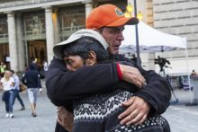 Cím nélkül 2015.09.05., Budapest, Keleti pályaudvar. Két férfi ölelkezik. A kép egy nappal azután készült, hogy a pályaudvaron várakozó menekültek egy jelentős méretű csoportja gyalog elindult Bécs felé.
