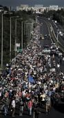 Szabad a pálya Több száz migráns, gyalog indult az M1-es autópályán, Ausztria irányába, miután megelégelték a hosszas várakozást. Tömeges bevándorlás okozta  válsághelyzetet hirdettek ki Magyarországon.09.04.