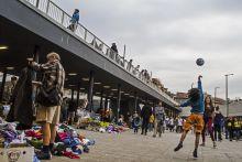 Cím nélkül 2015.09.05., Budapest, Baross tér. Magyarok labdáznak menekült gyerekekkel. Az adományozott ruhákból nem csak a rászoruló menekültek válogathattak.