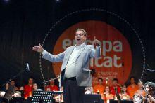 A karmester Hoppál Péter kulturáért felelős államtitkár karnagyi múltját sem tudja feledni; az Europa Cantat megnyitóján egy szám erejéig ő is felpattant a dobogóra.