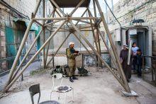 """Palesztin mindennapok Hebron a kiújuló izraeli-palesztin konfliktus egyik legfőbb darázsfészke, az úgynevezett H2-es körzetnek köszönhetően, amely az arab miliőt szétfeszítve mintegy 600 zsidó telepesnek ad otthont. A zsidó enklávé az izraeli hadsereg védelme alatt áll. Az utca túloldalán már a palesztinok élnek, nyomorban, szegénységben és több évtizedes frusztráltságban, minden eszközzel harcolva a zsidó jelenlét ellen. A keserű harc túlmegy Hebron határain: a betlehemi gettótól Rámalláhig, Ciszjordánia egész területén küzdenek az """"izraeli megszállás""""  ellen, az összecsapások azonban sokszor életeket követelnek."""