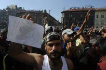 Tüntetés a Keletinél Budapest, Keleti pályaudvar. Menekültek tüntetnek a lezárt pályaudvar előtt, hogy tovább indulhassanak Nyugateurópába