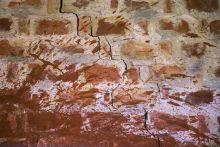 Mementó 5 éve történt a vörösiszap katasztrófa. Kolontáron az emlékház falán mementóként látszik még a katasztrófa hatása