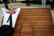 Hátradőlve 2015. 06.16. Szombathely - Puskás Tivadar szombathelyi polgármester napozóágyat próbált ki az EU-s pénzekből felújított Csónakázó-tó egyik átadóünnepségén.