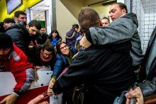 Black Friday November 27-én Budapestre is elért a Black Friday. A Fogarasi úti nagyáruházban a termékek az üzletig sem jutottak el, az emberek már a raktár bejáratánál egymásnak estek a leárazott termékek miatt.