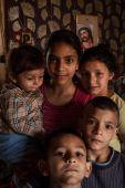 A Számozott utcák gyermekei Roma gyermekek otthonukban a miskolci Számozott utcák telepén.